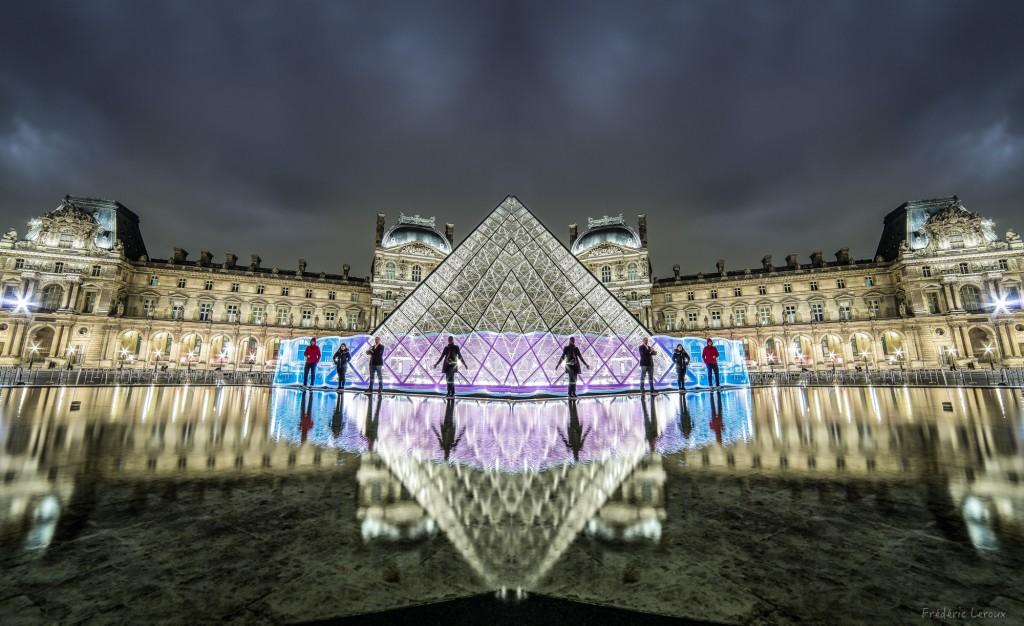 LightPainting devant la pyramide du Louvre Paris